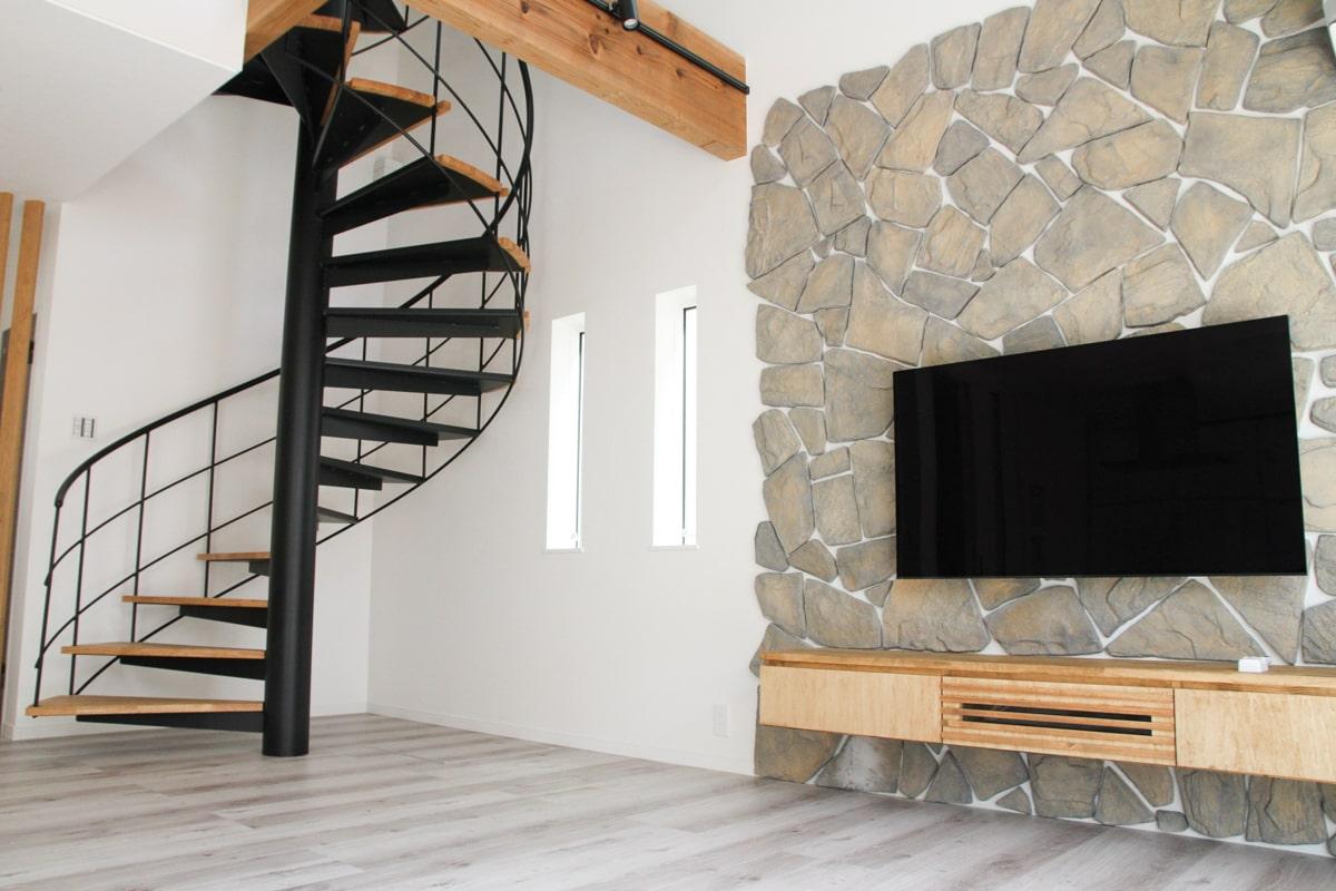 天井まで螺旋階段が伸びる、男性の憧れをくすぐる家